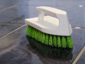 Peria frecat cu maner, ideala pentru indepartarea murdariei persistente din baia sau bucataria ta