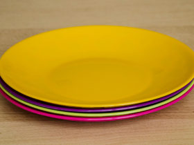 Setul de farfurii Fiesta, disponibil in culori asortate